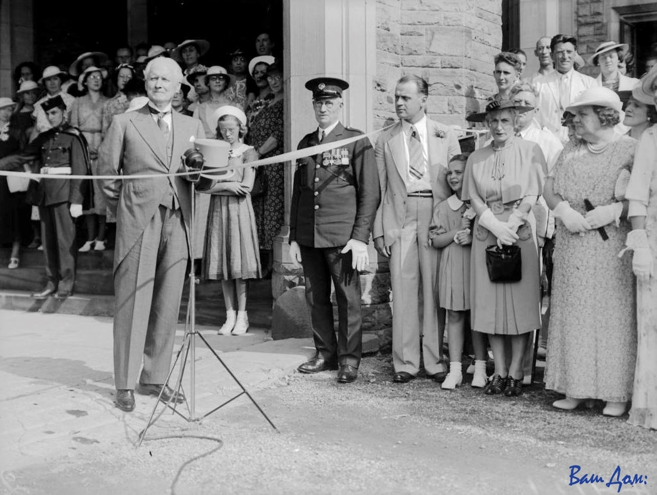 Lieutenant-Governor_Dr._Bruce_opens_Casa_Loma_to_the_public_(Fonds_1244,_Item_4121)